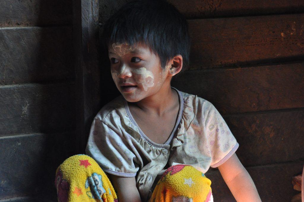 Myanmar - Peaceful Loikaw: tribe in the mountains - Čvirikajúce dvere